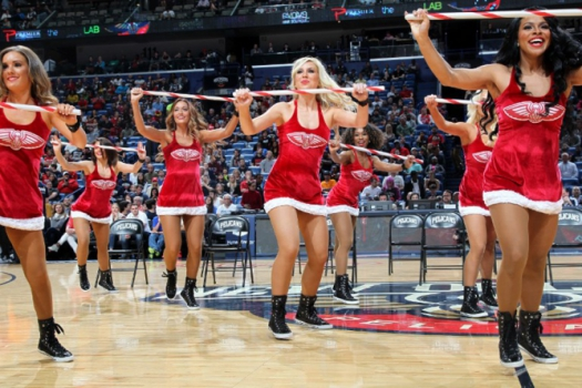 As cheerleaders do New Orleans Pelicans fazem sua performance em partida da NBA contra o Portland Trail Blazers