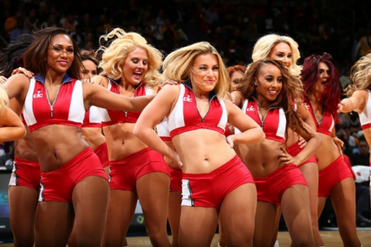 Cheerleaders do Washington Wizards se apresentam em duelo contra o Los Angeles Lakers