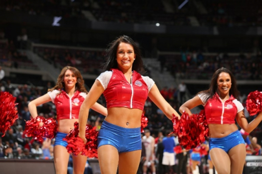 Cheerleaders do Detroit Pistons fazem sua performance na NBA