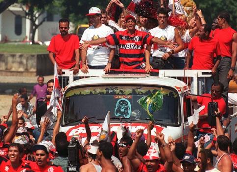 Romário desfila em caminhão após ser contratado pelo Flamengo