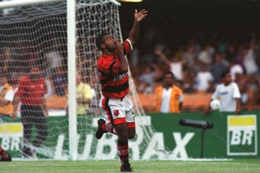 Romário celebra gol marcado pelo Flamengo diante do Vasco
