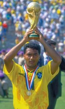 Grande destaque do Brasil, Romário posa com a taça da Copa de 1994