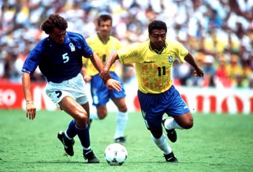 Romário leva o Brasil ao ataque na final da Copa de 94 sendo marcado por Maldini