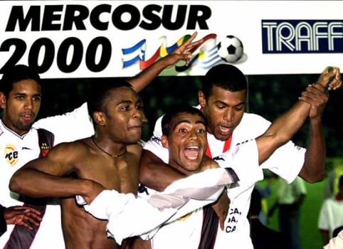 Romário celebra o título da Mercosul conquistada pelo Vasco, em 2000