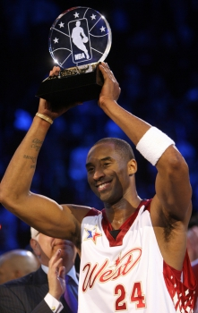 2007 - Kobe Bryant recebe seu segundo troféu de MVP do All-Star Game