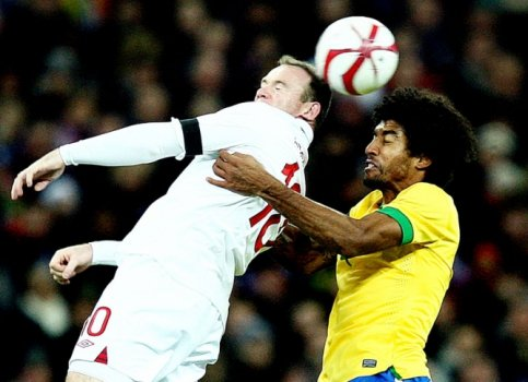 Inglaterra x Brasil - Amistoso - Rooney e Dante (Foto: Mowa Press)