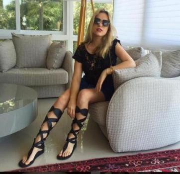 Martina Ritter foi fotografada com o craque em um hotel de Barcelona, gerando rumores sobre o romance