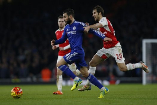 Fàbregas tenta escapar da marcação do Arsenal