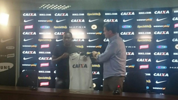 Willians veste a camisa do Corinthians