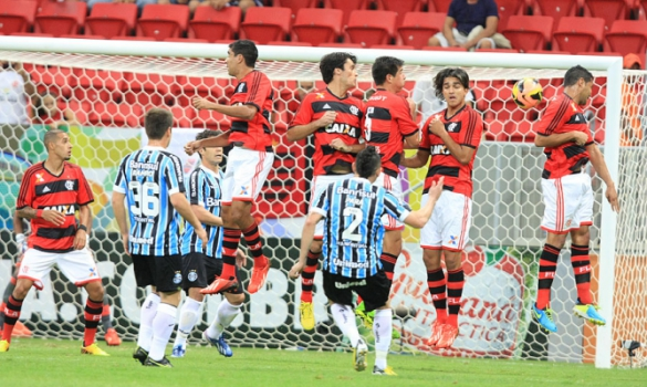 Grêmio vence o Flamengo no Mané Garrincha (Foto: Carlos Costa/LANCE!Press)