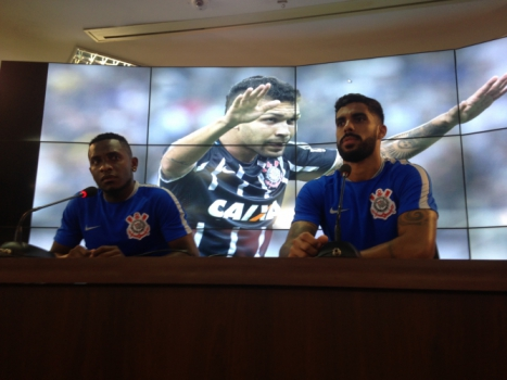 Willians e Vilson durante entrevista coletiva no CT do Corinthians (Foto: Bruno Cassucci)