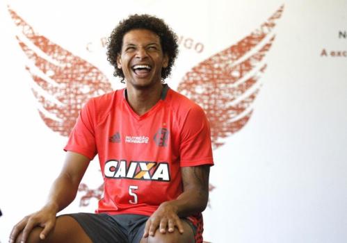 De volante-artilheiro a garçom: Arão encontra nova função no Flamengo