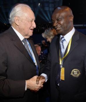 João Havelange com o ex-jogador camaronês Roger Milla c2a06324f6daa