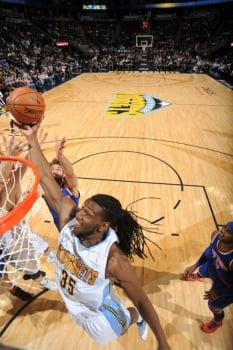 O ala-pivô do Dender Nuggets Kenneth Faried com seus longos dreadlocks