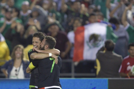 Chicharito e Layún - México x Chile