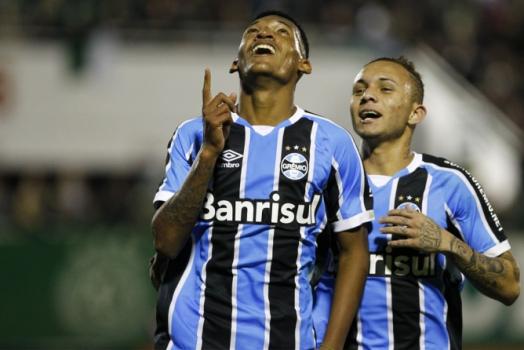 Jaílson celebra o seu primeiro gol como profissional