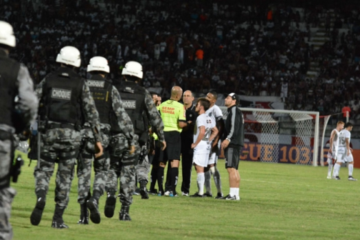 Expulsão de Gatito Fernández - Santa Cruz 1x0 Figueirense