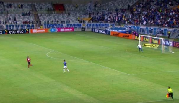 Lance de Fábio do Cruzeiro contra o Flamengo