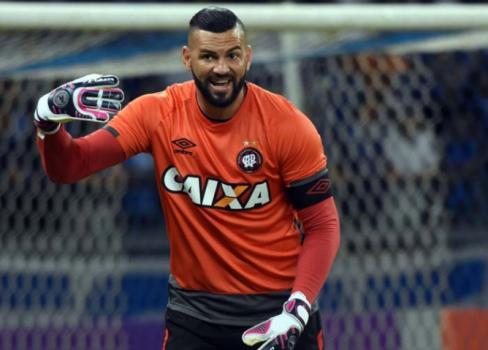 Palmeiras avança com o Atlético-PR para ter Weverton a partir de janeiro