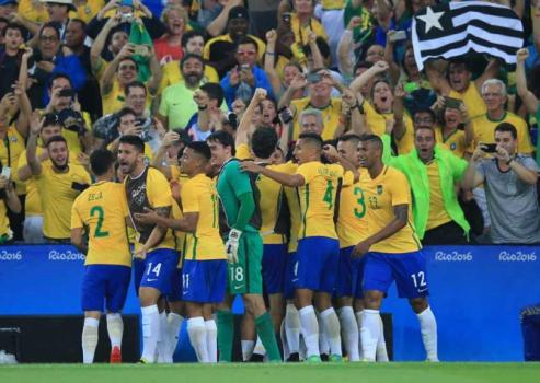 03559b210f Jogadores da Seleção comemoram o ouro com a camisa de Fernando Prass ...