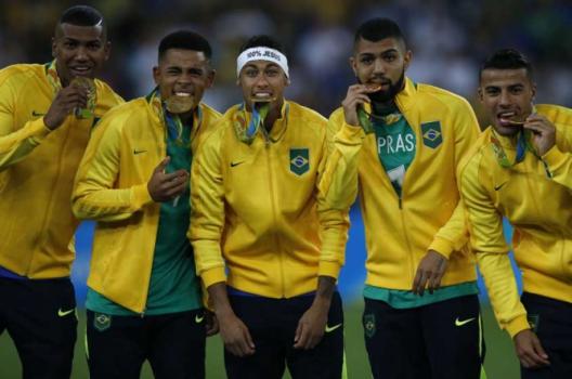 6bc7648464 Goleiro Fernando Prass agradece homenagem de jogadores da Seleção ...