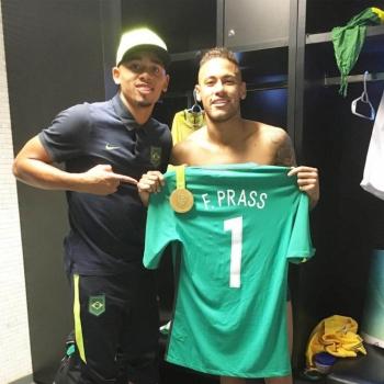 03b53943ae Neymar postou foto com Jesus para Prass. Gabriel Jesus comemora com a camisa  para Fernando Prass