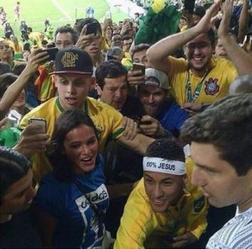 47476f0e3ca Vídeo  Neymar sobe arquibancada para abraçar Bruna Marquezine