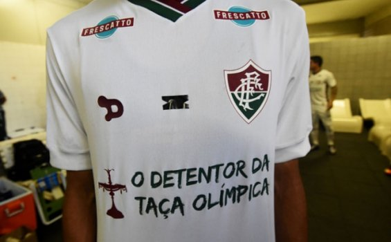 "Santa Cruz 0x1 Fluminense - uniforme do Fluminense com close na frase ""O detentor da Taça Olímpica"""