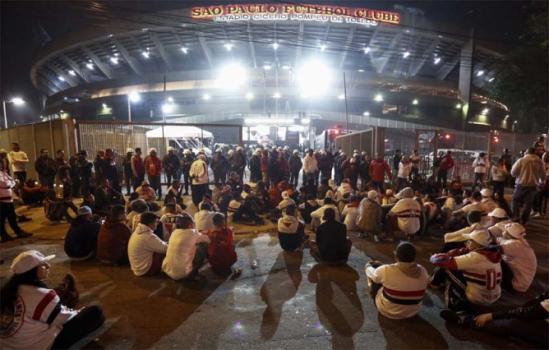Climão! Torcida protesta e Maicon cobra ação da diretoria no Morumbi