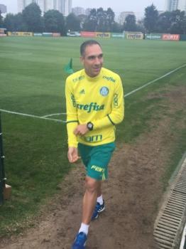 Fernando Prass foi a campo, brincou com o restante dos jogadores e segue tratamento