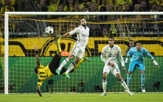 Pierre-Emerick Aubameyang , do Borussia, tenta furar a defesa do Real Madrid