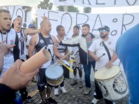 Protesto de torcedores no CT do Corinthians