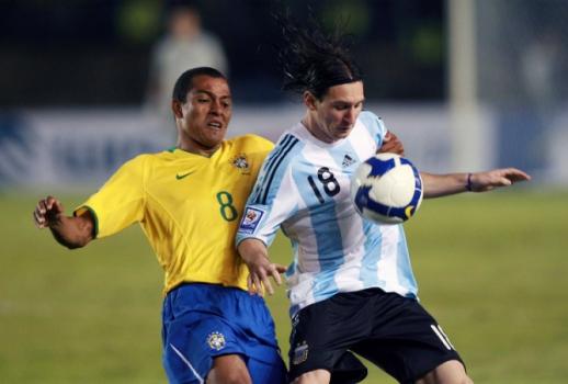 Gilberto Silva - Brasil x Argentina (Messi) - Eliminatórias da Copa-2010 a060560565ae1