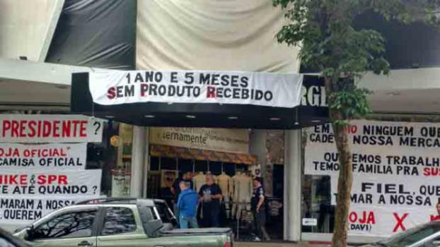 0600fa1c3072b Loja do Timão no Parque São Jorge exibe protesto contra Nike e ...