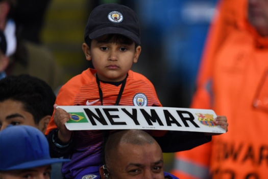 Torcedor do City com faixa para Neymar - Manchester City x Barcelona