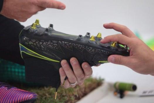 548aee3c1c Nike lança chuteira criada para acabar com  drama  da lama no solado ...