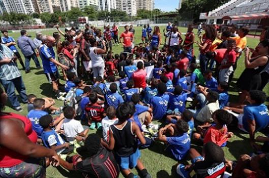Diego em ação com crianças na Gávea