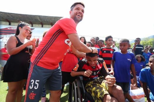 Diego faz a alegria da criançada do do Complexo do Lins na Gávea