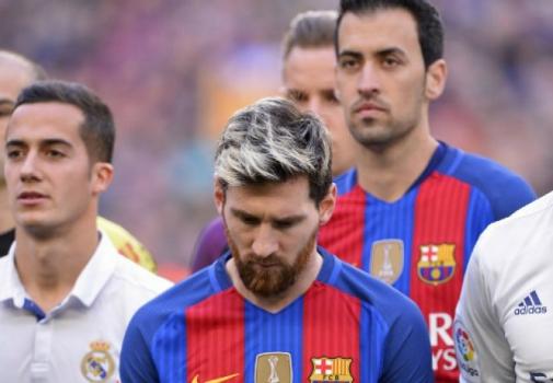Messi duranto o minuto de silêncio - Barcelona x Real Madrid