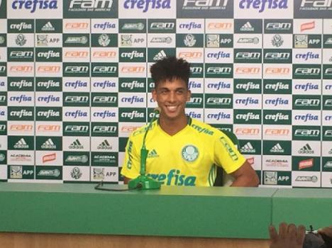 Palmeiras encaminha negociação do jovem Vitinho com o Barcelona
