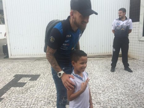 Lucas Lima no embarque do Santos para o Peru