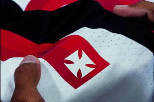 Roupa nova! Vasco apresenta novas camisas para a temporada  fbad28fc67137