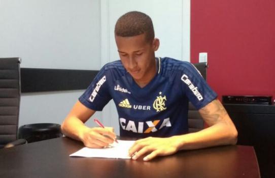 Gabriel Batista assina prorrogação de contrato