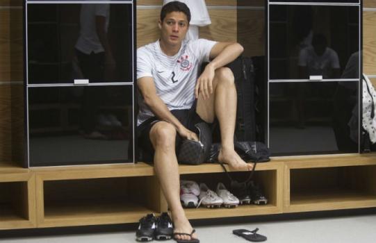 Corinthians tenta atravessar Vasco e conversa com Anderson Martins