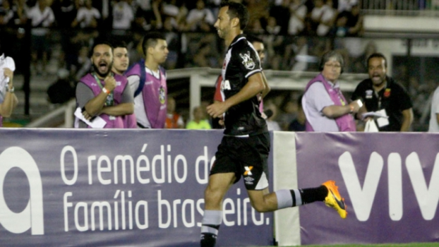 Com Caldeirão lotado, Vasco vence o Flu com gol de Nenê nos acréscimos