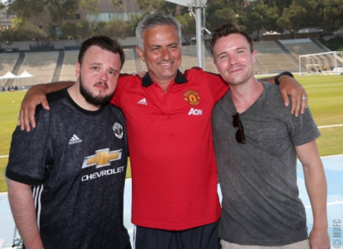 Atores de Game of Thrones visitam treino do Manchester United