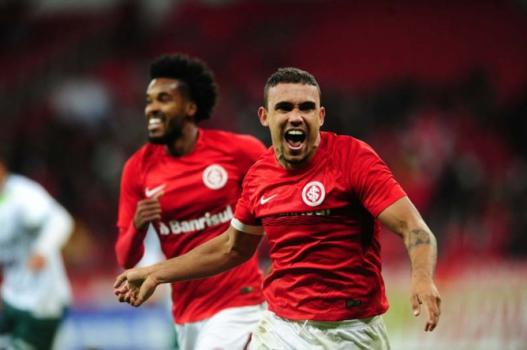 Inter vence o Luverdense no Beira-Rio com gol polêmico e encosta no G4