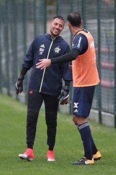 Diego Alves conversa no treino
