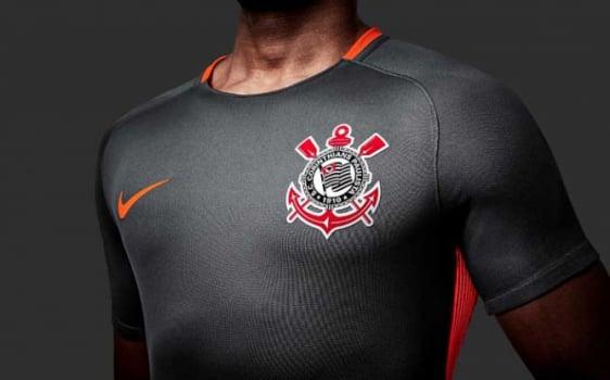 Cinza da cidade e laranja do terrão  Corinthians lança terceiro uniforme e2e4440467075