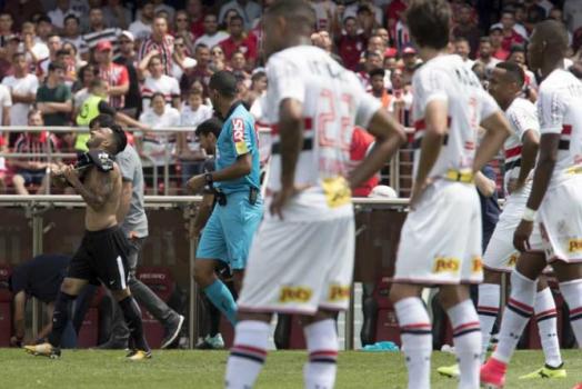 Rodrigo Caio cita erros do árbitro e culpa: